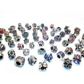 Pandora stílusú gyöngy, kristályokkal.